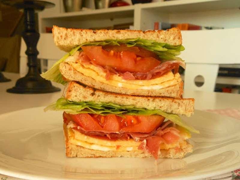 ##sandwich-jamon-tortilla-tomate