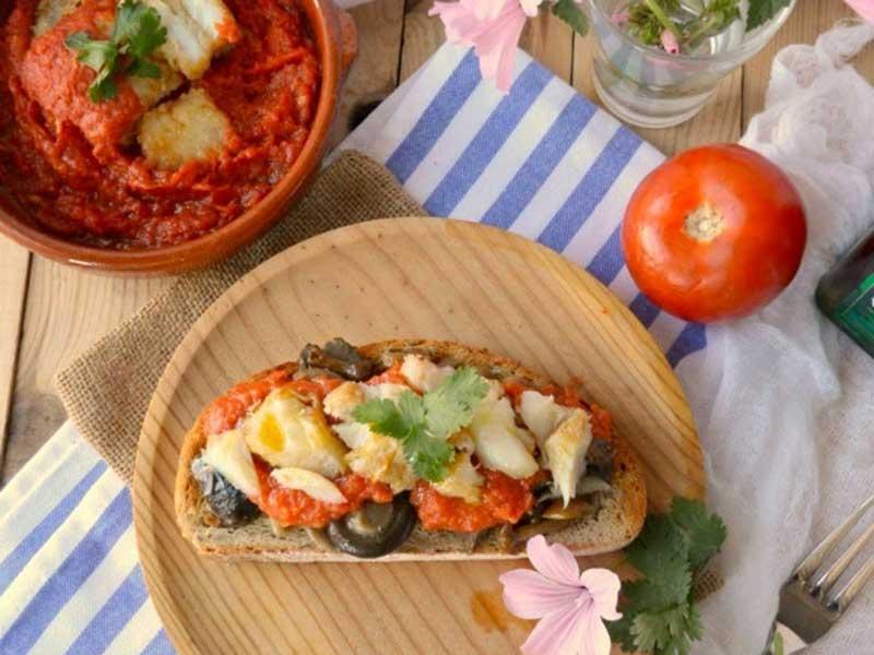##Bacalao-con-tomate-en-tosta-de-setas-salteadas pescado y marisco