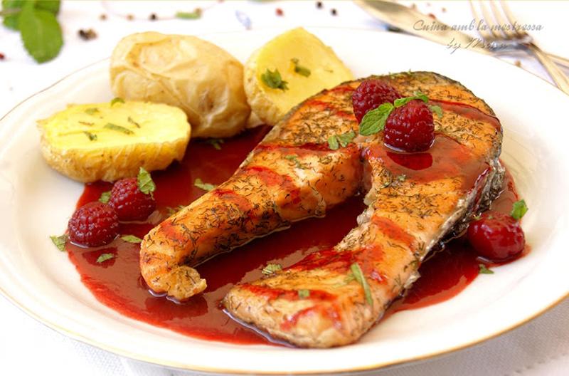 Salmón al eneldo con salsa de frambuesas - frutas